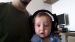Em bé làm mặt ngạc nhiên khi nghe nhạc cùng bố