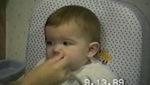 Khuôn mặt em bé giống y chang biểu tượng mặt cười này