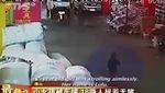Bé 2 tuổi bị xe đâm và bị bỏ mặc giữa đường