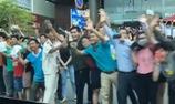 Người dân Sài Gòn chào đón đoàn xe của ông Obama
