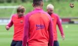 Messi xỏ háng Suarez trong buổi tập trên đất Anh