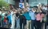 Người dân Sài Gòn đứng 2 bên đường nô nức chào đón Tổng Thống Mỹ