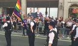 Đang diễu hành, nam cảnh sát quỳ xuống cầu hôn bạn trai