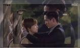 Lee Jin Wook hôn Moon Chae Won rất ngọt dù tay đang đeo còng