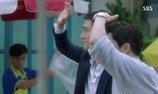 Na Ri ngã vào người Jung Won vì sợ sấm sét