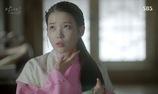 Bát hoàng tử Wang Wook tự mình bôi thuốc cho Hae Soo