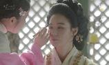 """""""Moon Lovers"""": Hae Soo trang điểm cho tỷ tỷ của mình"""