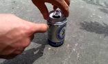 Sướng mê tơi với chiêu hạ gục hàng chục con gián chỉ với lon bia cũ