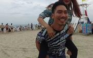 Lý Quí Khánh cõng Thanh Hằng trên bãi biển Đà Nẵng