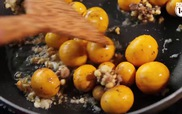 Trứng non cháy tỏi thơm nức cho ai đang đói meo mùa mưa