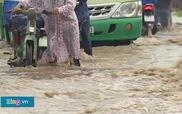 Mưa lớn, người và xe máy lọt xuống cống ở Sài Gòn