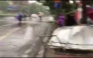 Mưa to gió giật cực lớn ở Hà Nội
