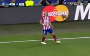 "Pepe ôm mặt sau cái ""tát yêu"" của Filipe Luis"