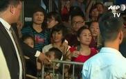Người dân reo hò khi ông Obama bước ra từ quán bún chả