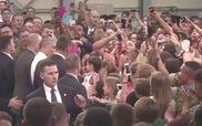 Em bé Nhật Bản nín khóc khi được ông Obama bế