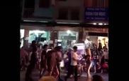 Cặp đôi Tây tuột quần nhảy múa giữa phố Sài Gòn