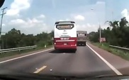 Xe khách liên tục chạy ẩu trên quốc lộ 20