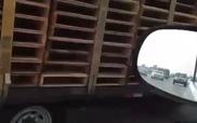 Rơ-moóc chở hàng một mình bon bon trên cao tốc