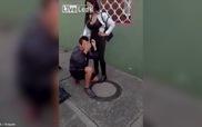 Kẻ cắp gặp bà già: Tên cướp bị nạn nhân đánh túi bụi, bắt khỏa thân chạy rong khắp phố