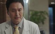 """""""Doctors"""": Ji Hong không tin vào sự thật bố đã ra đi"""