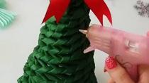 Làm cây thông trang trí giáng sinh từ giấy báo cũ
