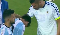 Messi khóc như đứa trẻ sau khi sút hỏng penalty