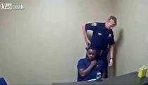 Nghi phạm giết người giật súng của cảnh sát trong phòng hỏi cung