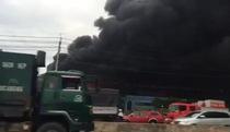 Cháy lớn tại công ty nệm Vạn Thành ở Sài Gòn, khói đen nghi ngút