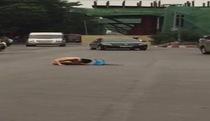 Hà Nội: Xôn xao clip người đàn ông khỏa thân ngồi giữa đường... cầu mưa?