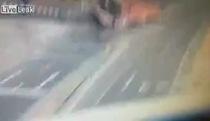 Hai xe tải nghiền nát một xe con
