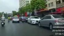 Taxi mở cửa trả khách giữa đường gây tai nạn