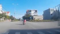 Người đàn ông chở 3 trẻ nhỏ đánh võng trên đường cực nguy hiểm