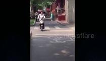 Người đàn ông dừng xe máy, cởi áo để giúp đỡ cô gái khoả thân