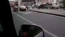 Cách di chuyển xe kéo kỳ lạ trên phố