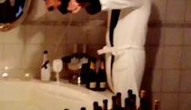 Anh chàng nhà giàu tắm rượu vang để bảo vệ môi trường