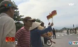 Người dân thành phố Huế chào đón đoàn đua