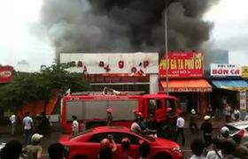 Showroom ô tô ở Hà Nội bốc cháy