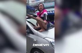 Hà Nội: Vợ cầm gậy trèo lên nóc xế hộp