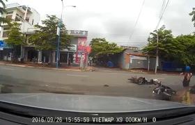 Chị em phụ nữ chú ý, qua đường đừng quên quan sát kẻo xảy ra tai nạn đáng tiếc thế này