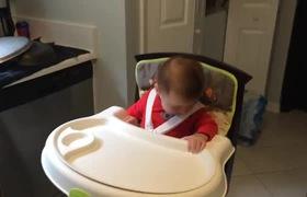 Niềm vui của bố mẹ khi ngắm bé lần đầu ăn dặm