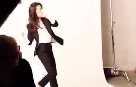 Lưu Diệc Phi nhí nhảnh trong hậu trường chụp hình quảng cáo sản phẩm