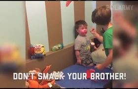 Cậu nhóc lấy son môi của mẹ đi trang điểm khắp nhà