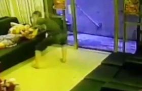 Tên cướp xông vào nhà giật iPhone 6 của người phụ nữ đang ngủ