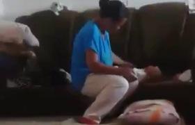 Phẫn nộ với cảnh một phụ nữ lạnh lùng tát bé sơ sinh trong suốt 1 phút