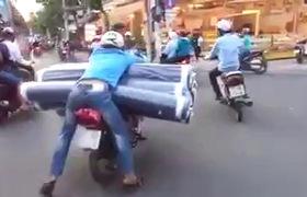 """Clip: Cậu bé ngồi sau xe máy ôm bình oxy trong tư thế """"ngủ gật"""" khiến nhiều người phát hoảng"""