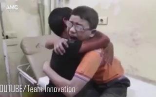 Hai cậu bé Syria ôm nhau nức nở vì anh trai bị không kích