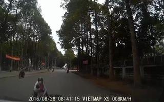 Mẹ chở con nhỏ trên xe máy ngã lộn nhào vì ôtô tông