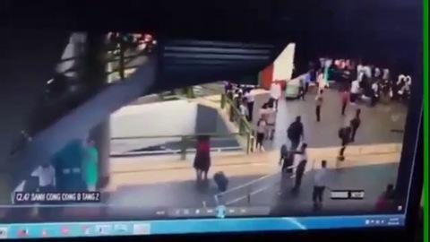 """""""Soái ca"""" áo đen giải cứu nữ nhân viên bị đánh ở sân bay Nội Bài là ai?"""