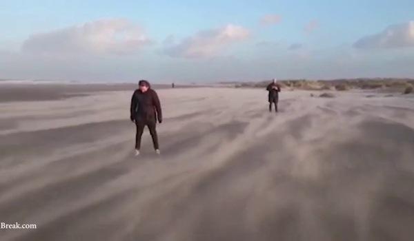 """Sự thật clip hai cô gái đang đi bộ bỗng nhiên """"bay vù vù"""" trên bãi biển"""