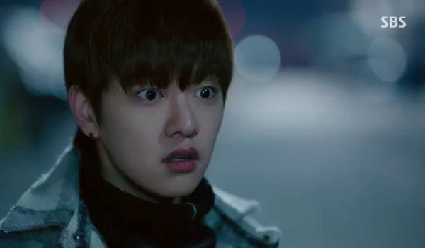 """""""Huyền thoại biển xanh"""" tập 19: Joon Jae bàng hoàng khi Sim Chung đỡ đạn thay mình"""